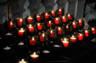800px-Votive-candles